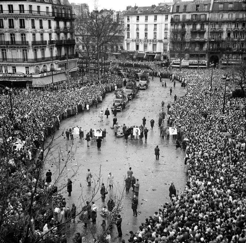 Des centaines de milliers de personnes assistent, le 13 février 1962 à Paris, aux obsèques des huit victimes des violences policières au métro Charonne, lors de la manifestation du 8 février en faveur de la paix en Algérie.