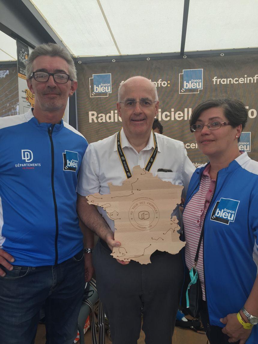 Jean-Etienne Poirier (directeur de France Bleu Paris) entouré des auditeurs (Véronique et son mari) qui ont pu accéder aux coulisses du Tour de France.