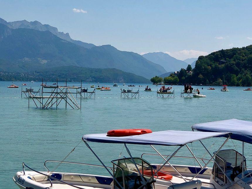 61 pontons ont été installés sur le lac d'Annecy.