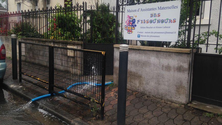 Des pompes à eaux ont été installées pour vider la cave de la maison des assitantes maternelles.