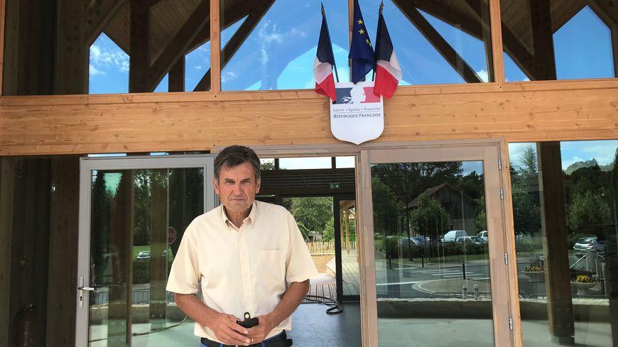 Le maire de la commune Alain Buffière fait les derniers préparatifs sur la nouvelle maison des services publics