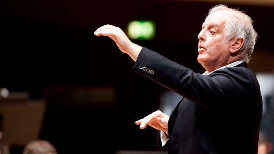 Daniel Barenboim dirigeant le West-Eastern Divan Orchestra