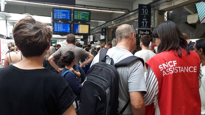 Gare Montparnasse les voyageurs tentent de s'informer.