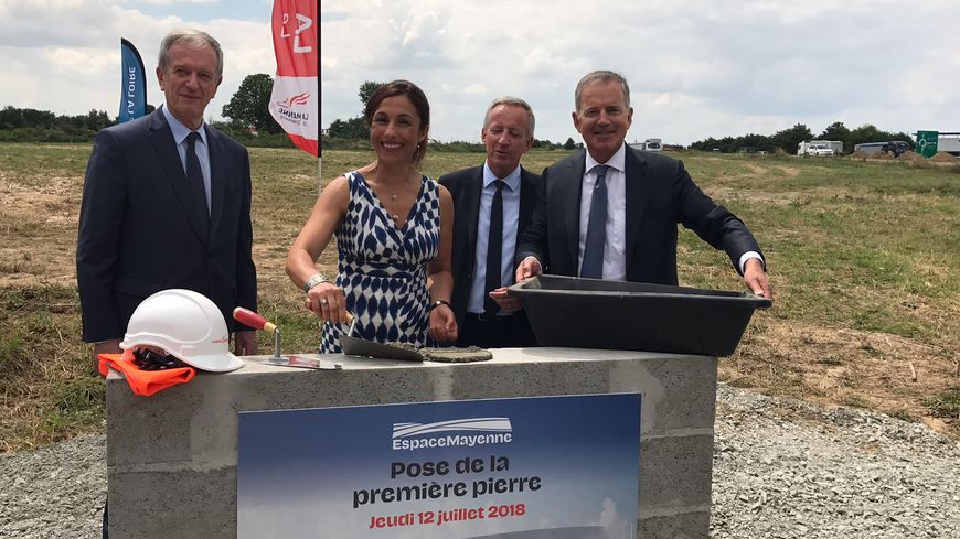 Le Préfet de la Mayenne et les élus du département pour la pose de la première pierre d'Espace Mayenne.