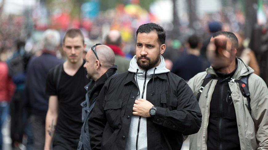 Vincent Crase se situe au second plan, à gauche d'Alexandre Benalla, ce 1er mai à Paris