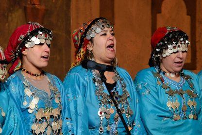 Des danseurs et des musiciens se produisent au château de la Kasbah Taourirt lors du Festival national des arts Ahwach tenu à Ouarzazate, au Maroc, le 16 novembre 2013.