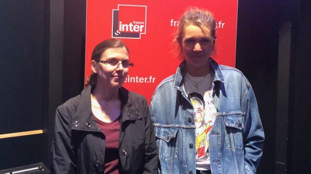 Sandrine Guerlet (à gauche) et Lauren Bastide (à droite) dans le studio d'enregistrement de l'émission à France Inter