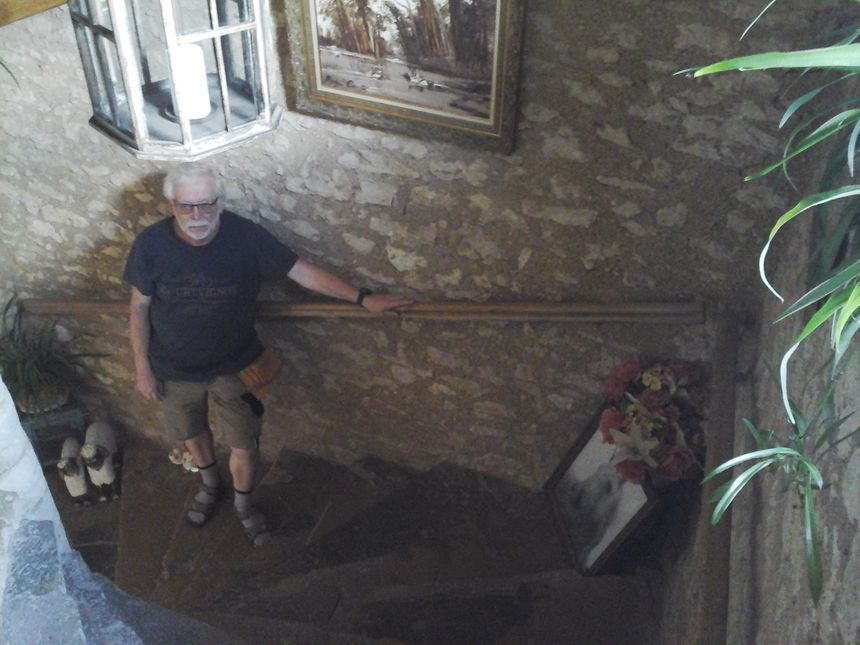 Roland Beugnot dans l'escalier hélicoïdal (à vis ou en colimaçon) de la Maison des Templiers