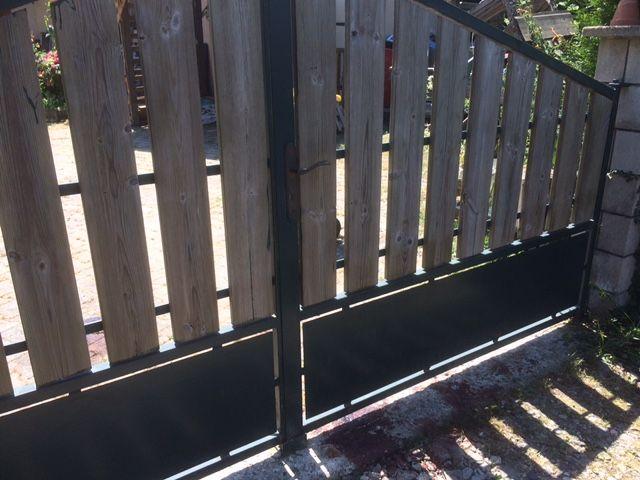 La victime a tenté de fuir en direction du portail de la maison