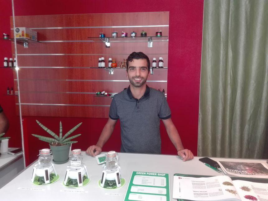 Mohamed El Ouariachi a le sourire, sa boutique Green Power Shop tourne bien