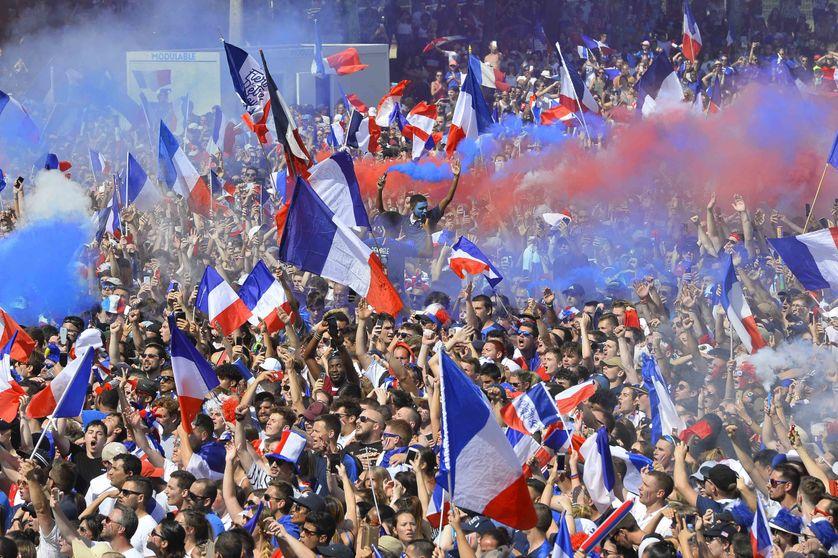 Supporters Français célébrant la victoire de la France hier, dimanche 15 juillet au Mans.