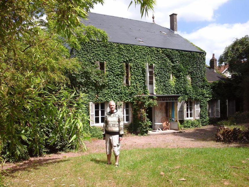 Pierre Gaudemet face au jardin de la maison Gaudemet