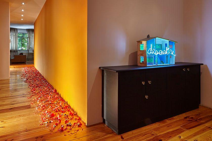 """Exposition """"Paradisio"""" - """"Désastre"""" (2015) Maison de poupée, néon bleu ADAGP Claude Lévêque. Courtesy the artist and kamel mennour, Paris/London"""