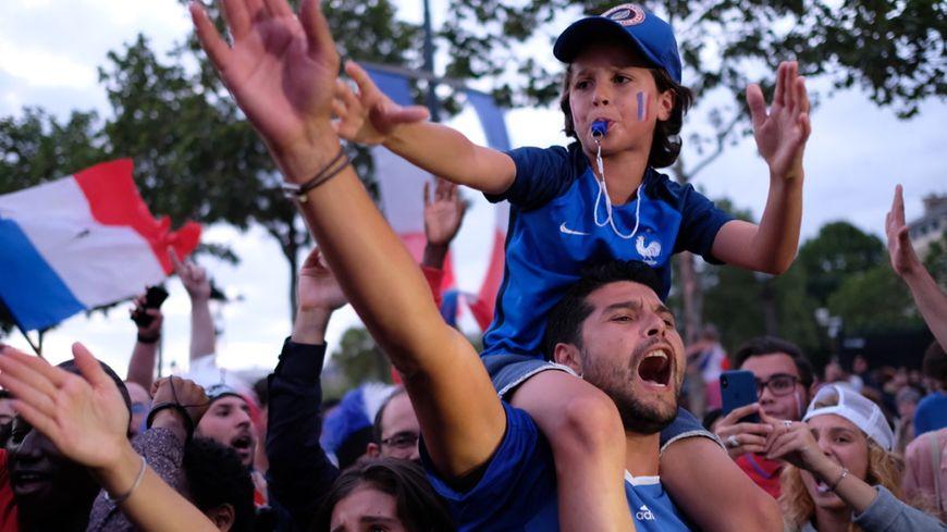 Des supporters fêtent la victoire lors de la 1/2 finale de la coupe du monde de Football, le 10 juillet 2018.