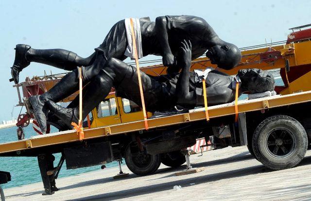 En 2013, l'oeuvre a été installée sur la corniche de Doha, puis rapidement démontée