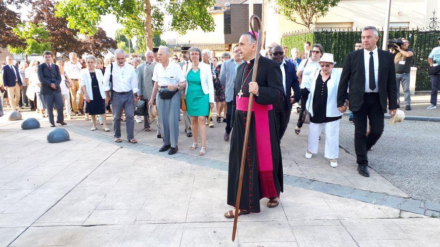 Monseigneur Lebrun, archevêque de Rouen, en tête de la marche silencieuse, du presbytère à l'église.