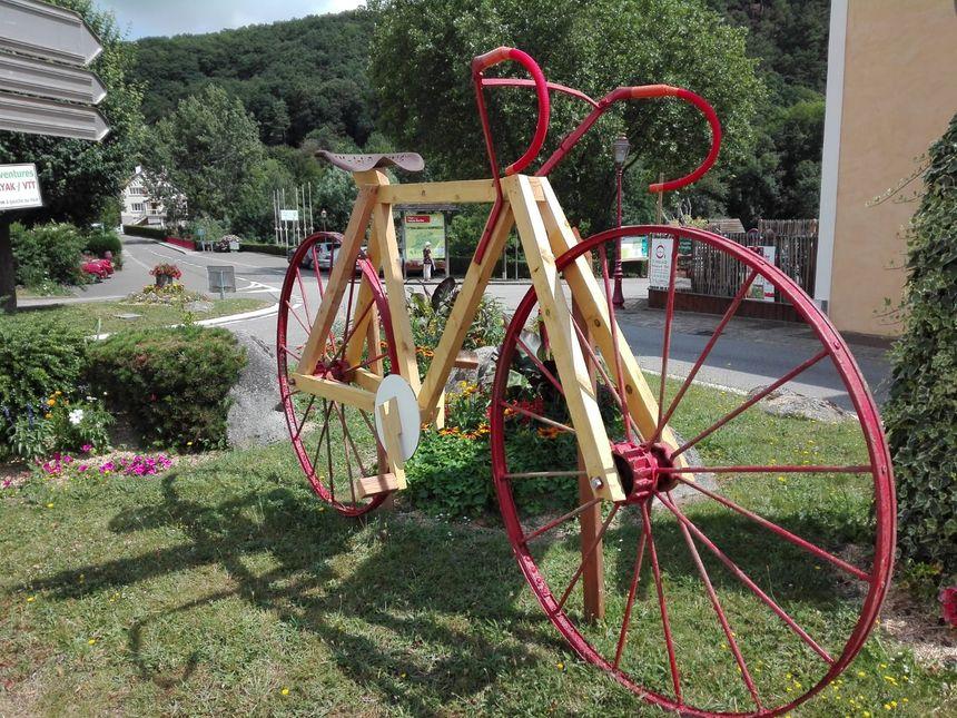 Un vélo géant à l'entrée du bourg de Saint Léonard des Bois