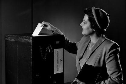 En France, les femmes ont le droit de voter depuis 1944 seulement. Pourquoi tant d'attente ? Et ce n'est pas un cas isolé : dans le monde, le droit de vote aux femmes s'est répandu à partir du début du XXe siècle.