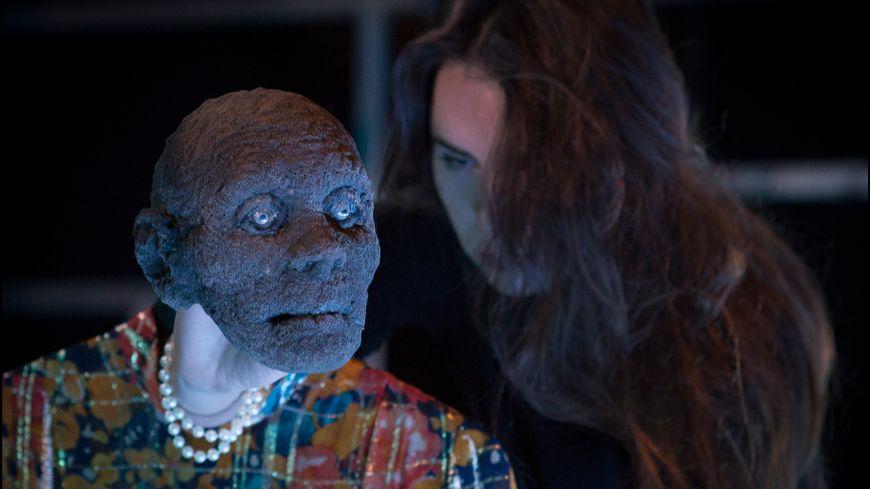 Une comédienne et sa marionnette dans l'Herbe de l'oubli, mis en scène par Jean-Michel d'Hoop