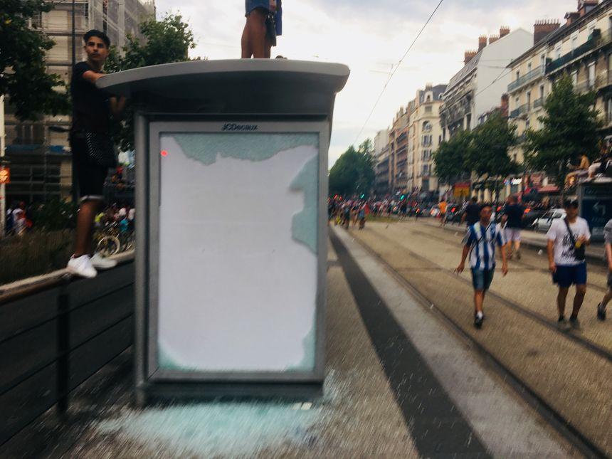 A Grenoble, de nombreuses vitres d'arrêts de bus ou de tramway ont été détruites dimanche soir