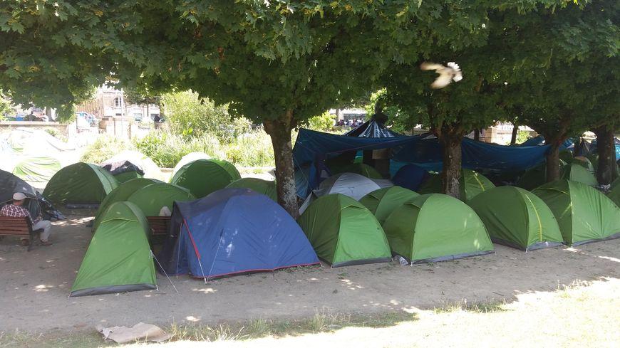 Certaines tentes ont pu être installées à l'ombre, d'autres sont en plein soleil