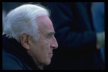 """Le réalisateur et scénariste français Claude Sautet sur le tournage de son film """"Nelly et M. Arnaud""""."""