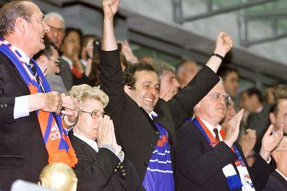 Michel Platini, portant le maillot de l'équipe de France, entouré de Jacques Chirac, Lionel Jospin et Marcelle Sastre.