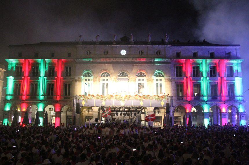 l'hôtel de ville de Bayonne illuminé pour la soirée de clôture des Fêtes