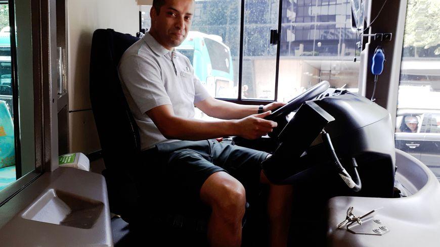 Arioua Abdelkader, l'un des premiers chauffeurs Ratp à porter le nouveau bermuda des uniformes vert jade