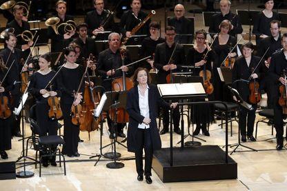 La Cheffe d'orchestre, Laurence Equilbey salue le public lors d'une répétition générale de l'Insula Orchestra le 20 avril 2017 à l'auditorium du centre culturel et musical de Seine Musicale sur l'île Seguin à Boulogne-Billancourt,