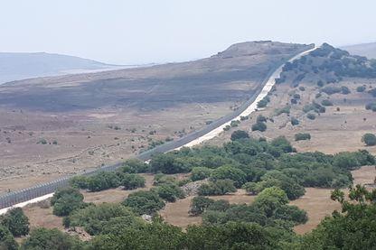 Ligne de démarcation entre la Syrie (à gauche) et Israël (à droite)