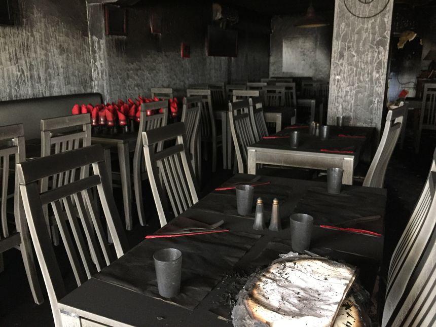 Les murs et les tables sont couverts de suie.