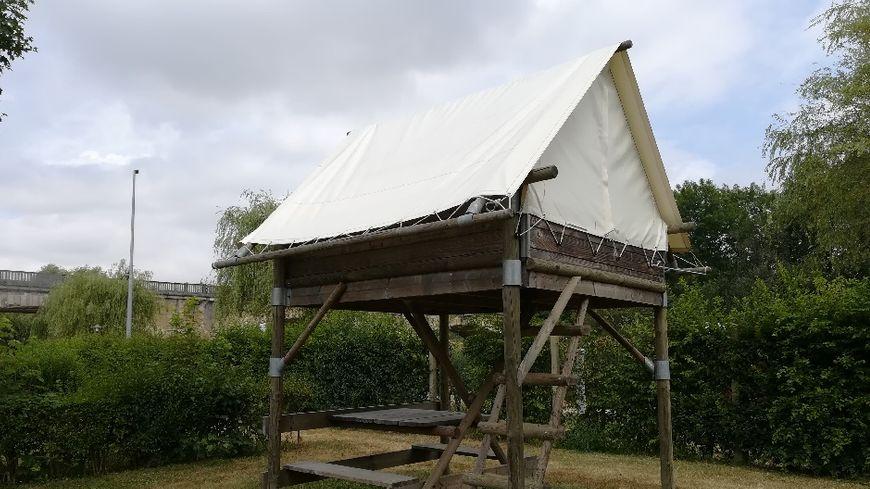 L'une des deux tentes sur piloti du camping de l'Armançon à Saint-Florentin