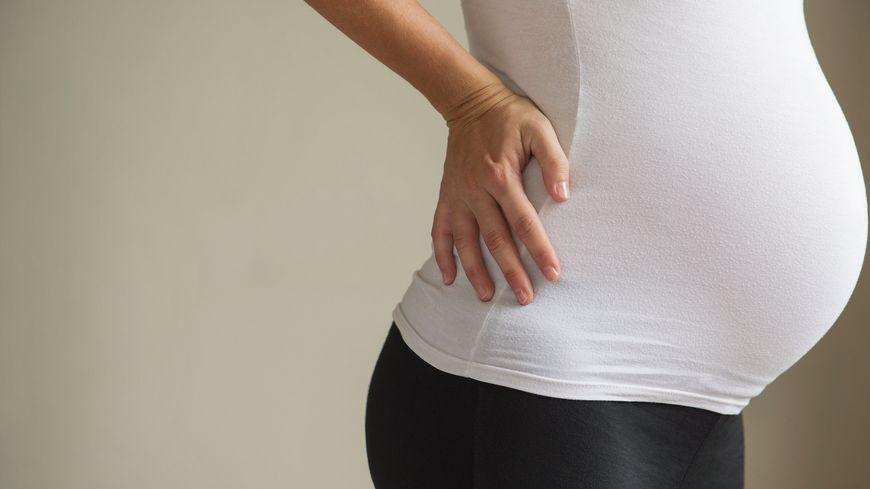 La femme enceinte agressée est sur le point d'accoucher (illustration)