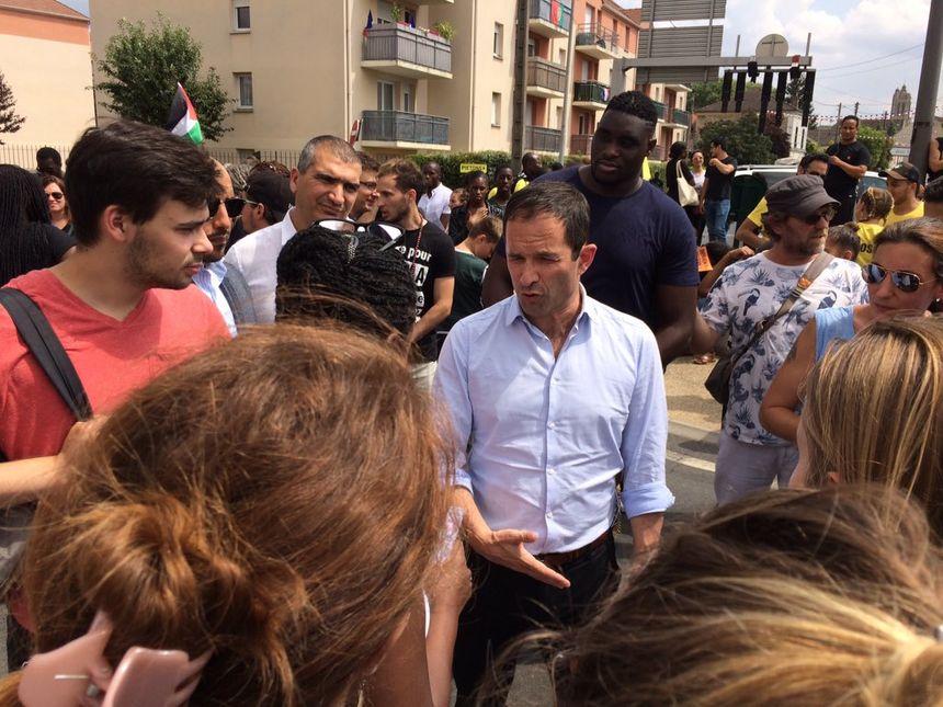 Benoit Hamon, interpellé par une participante à la marche blanche