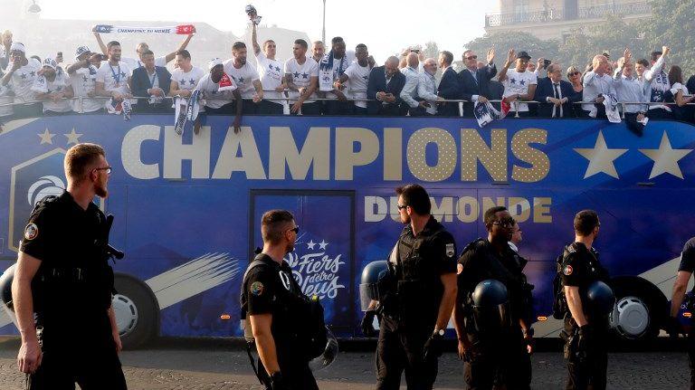 Le bus de l'équipe de France sur les Champs-Elysées