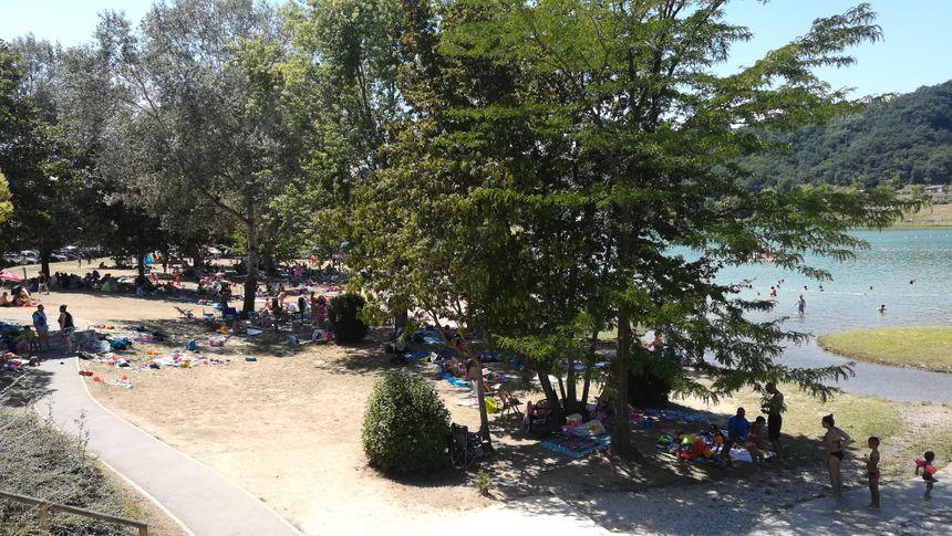 L'ombre des arbres est particulièrement prisée des baigneurs.