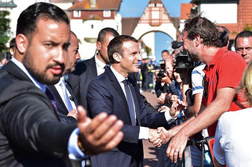 Alexandre Benalla, à gauche, protège Emmanuel Macron en juin 2017, au Touquet. Responsable de la sécurité de sa campagne, il était devenu chargé de mission et adjoint au chef de son cabinet