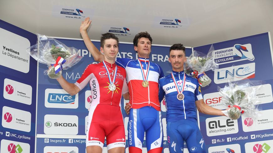 Le maillot de champion de France sur les épaules d'Anthony Roux, un coureur de l'équipe du Mayennais Marc Madiot.