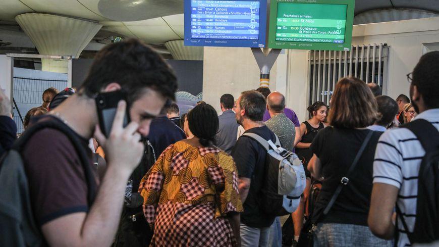 Des voyageurs attendent à la gare Montparnasse, le 27 juillet 2018 à Paris