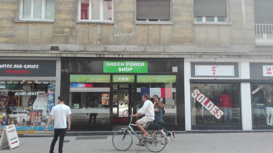 La première boutique ouverte à Rouen, Green Power Shop, a pignon sur rue dans une artère très commerçante du centre-ville