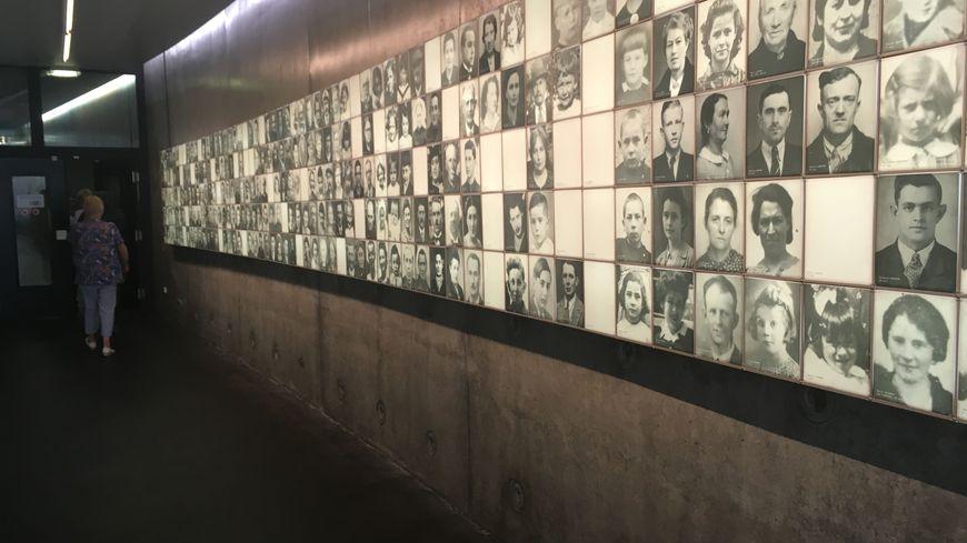 Les photos transposées sur des carreaux de porcelaine représentent les visages de 532 des 642 martyrs du 10 juin 1944