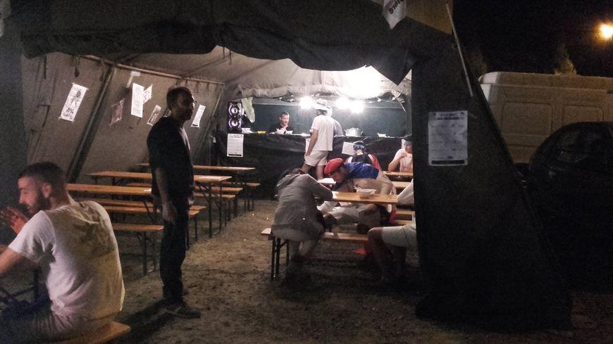 La bodega sert des plats chauds de minuit à midi.