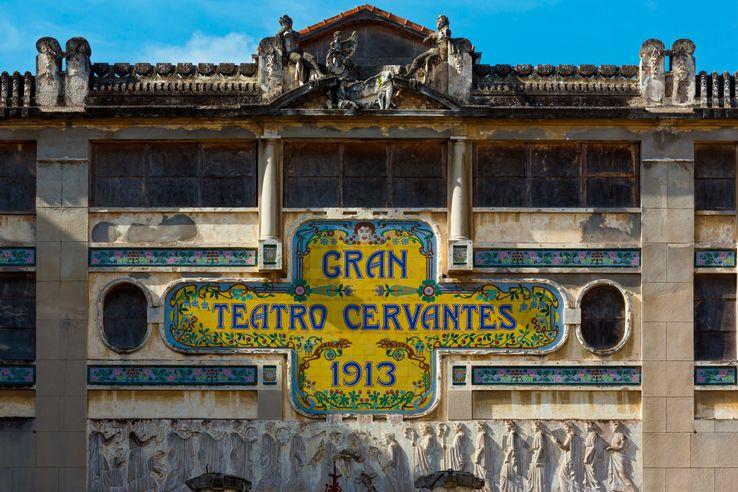 La façade en céramique du Gran Teatro Cervantès à Tanger.