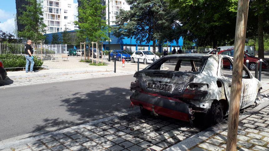 Voiture brûlée à Malakoff