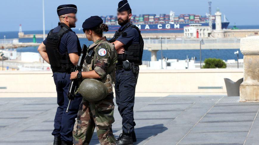 Patrouille de la Police Nationale et de l'Armée Française (policier, militaire) sur le quai de la cathédrale de La Major à Marseille