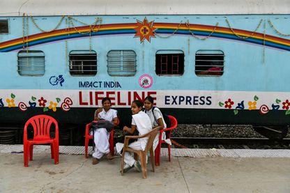 Des infirmières se reposent en gare de Jalore au Rajasthan, devant le train-hôpital Lifeline Express
