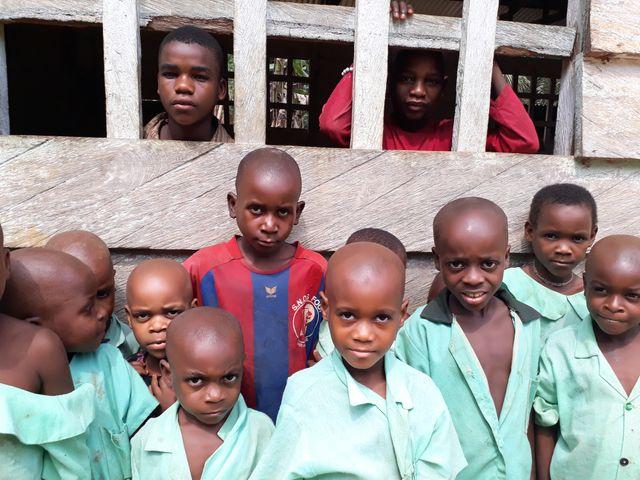 Un groupe d'enfants Bipindi, une commune du Cameroun.