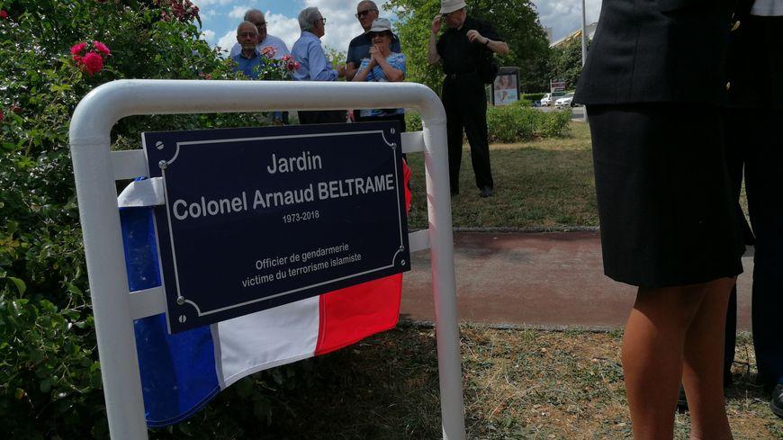 La plaque est posé dans un petit square à l'angle de la rue de la Libération et du Boulevard Maréchal Leclerc à Talant
