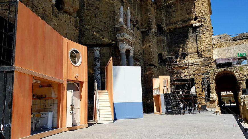 Le décors du Barbier de Séville sur la scène du théâtre antique d'Orange.
